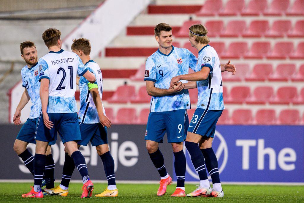 Холанд со сбрной Норвегии празднуют второго гол в ворота Гибралтара