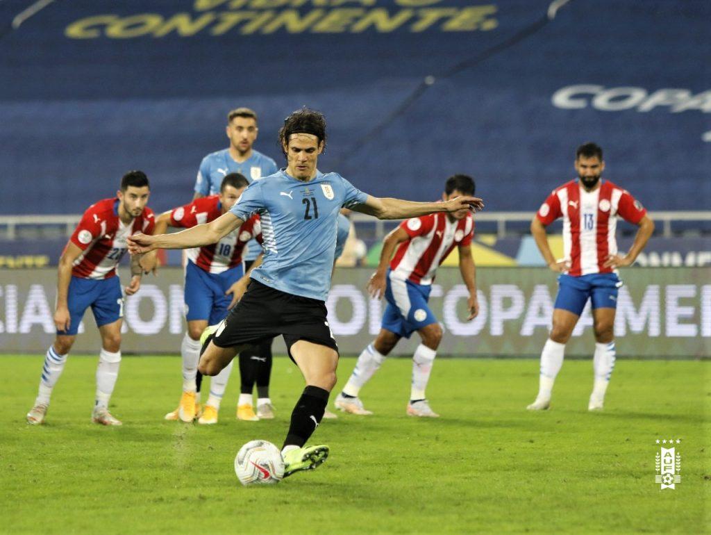 Эдинсон Кавани исполняет пенальти на Кубке Америки